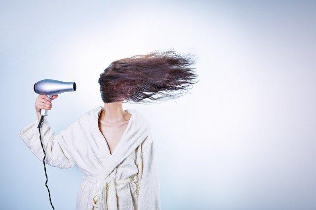 Använd hårtork för att torka ur vattnet ur örat.