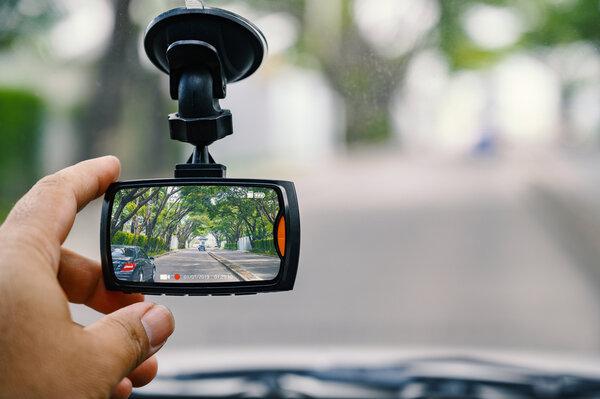 Med en Bilkamera / Dashcam kan du spela in din bilfärd på video och dokumenterar eventuella kollisioner.