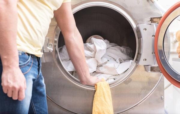 Att anpassa tvätt efter material är viktigt för att inte förstöra färger eller material.